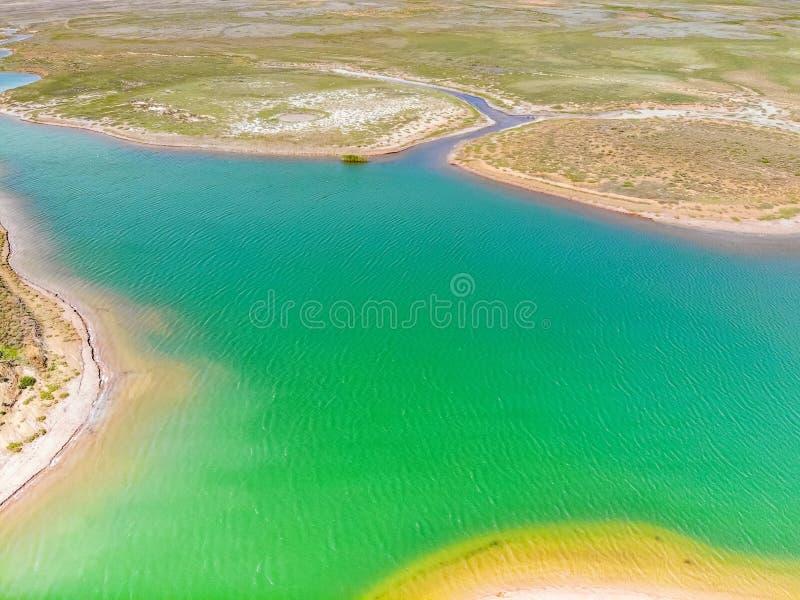 Verbazend satellietbeeld van heldergroen watermeer in bogdo-Baskunchak royalty-vrije stock fotografie