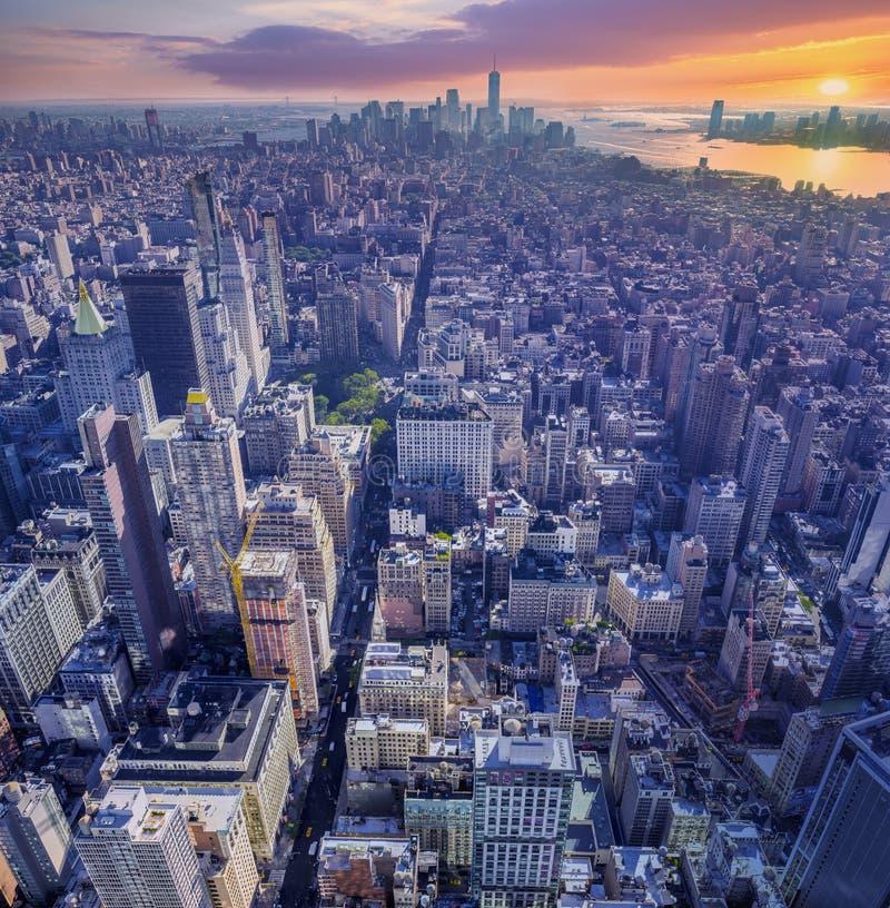 Verbazend satellietbeeld van Manhattan met zonsondergang stock foto