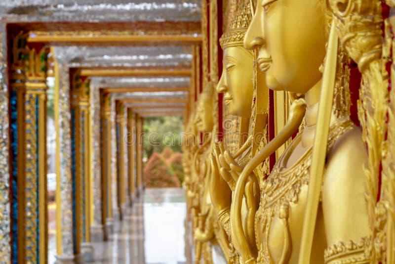 Verbazend Thailand, de bogen van de murenkerken van Architectuurstandbeelden in Wat Tha Sung royalty-vrije stock fotografie