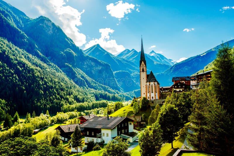 Verbazend toeristisch alpien dorp met beroemde kerk De mening van de zomer oostenrijk Tirol, Europa stock fotografie