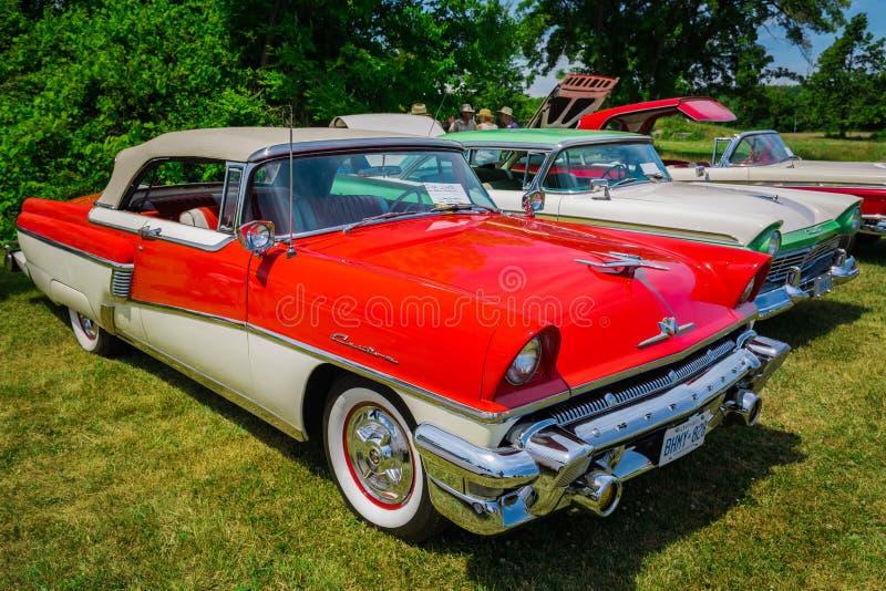 Verbazend voor zijaanzicht van klassieke uitstekende retro modieuze auto met mensen op achtergrond royalty-vrije stock fotografie