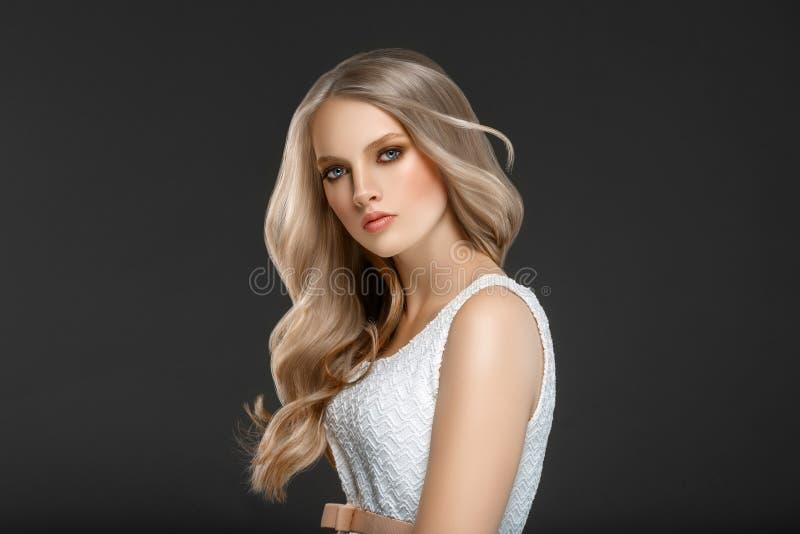 Verbazend vrouwenportret Mooi meisje met lang golvend haar Blon royalty-vrije stock foto's