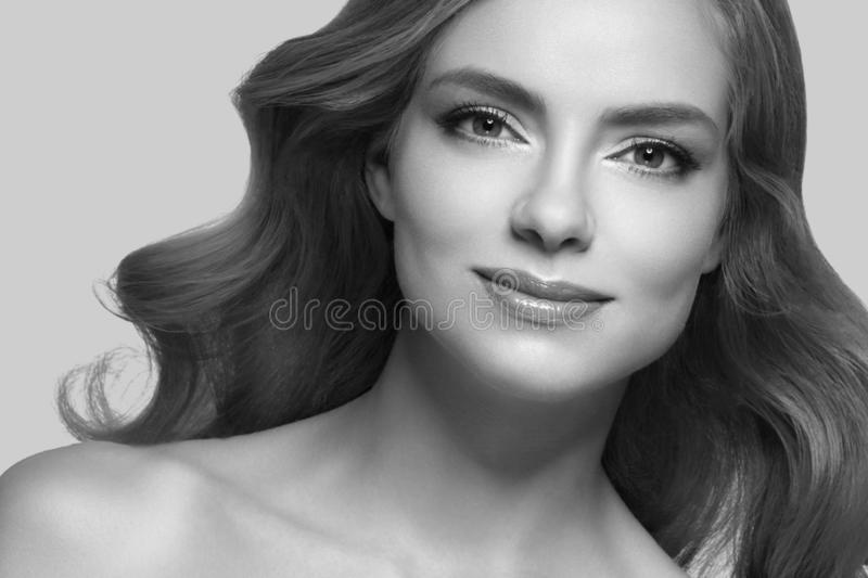 Verbazend vrouwenportret Mooi meisje met lang golvend haar Blondemodel met kapsel over beige royalty-vrije stock foto's