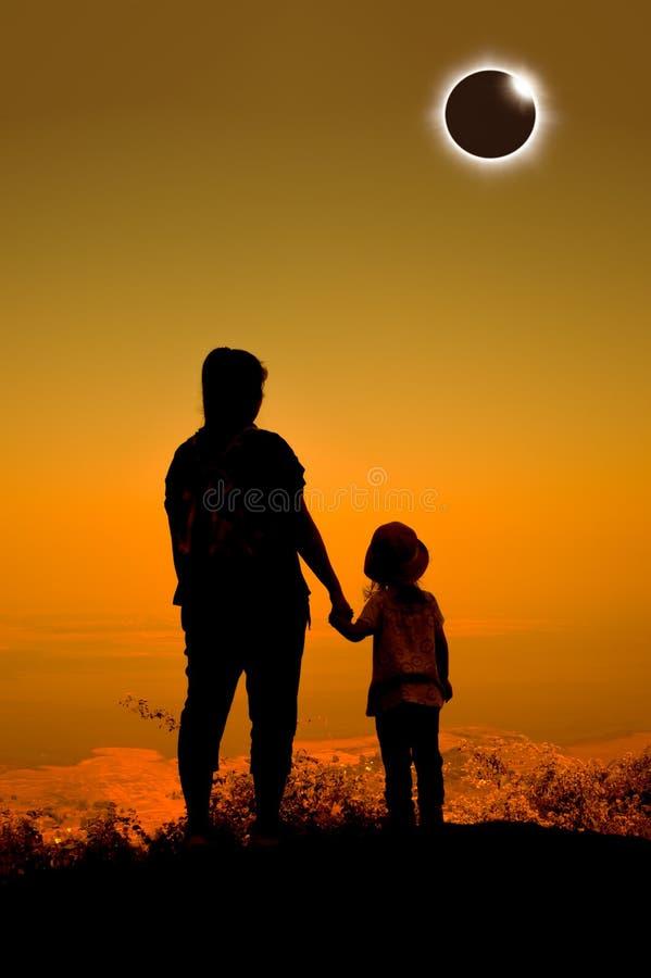 Verbazend wetenschappelijk natuurverschijnsel Totale zonneverduisteringsglowi royalty-vrije stock foto
