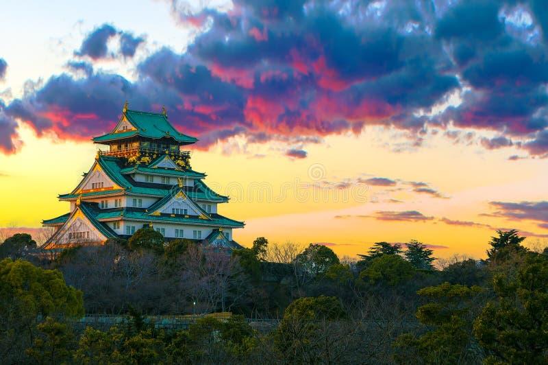 Verbazend zonsondergangbeeld van Osaka Castle stock foto's
