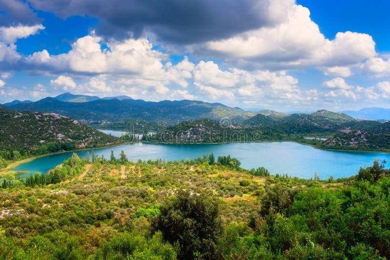 Verbazende aard, toneel de zomerlandschap met smaragdgroene meren, bergen en blauwe bewolkte hemel, Bacina-jezera van Merenbacins royalty-vrije stock foto