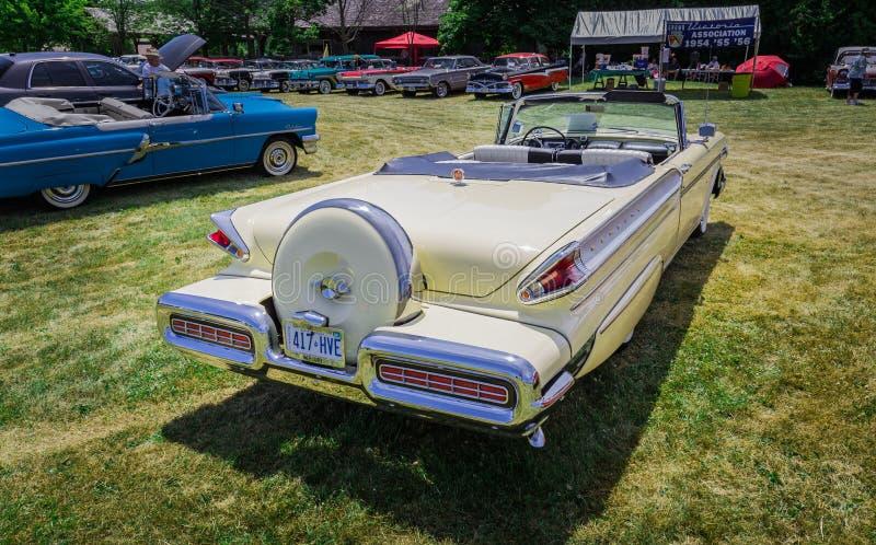 Verbazende achtermening van klassieke uitstekende modieuze retro auto royalty-vrije stock fotografie