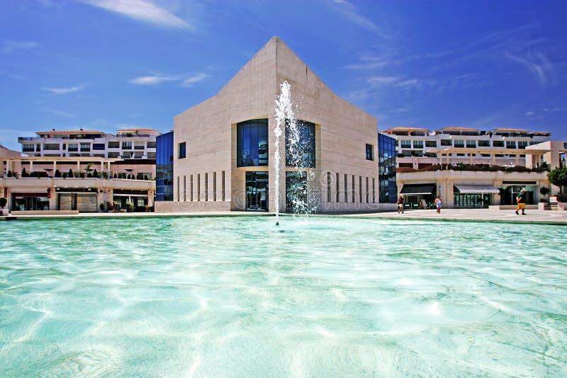 Verbazende architectuur van de moderne bouw naast vijver met fontein stock foto