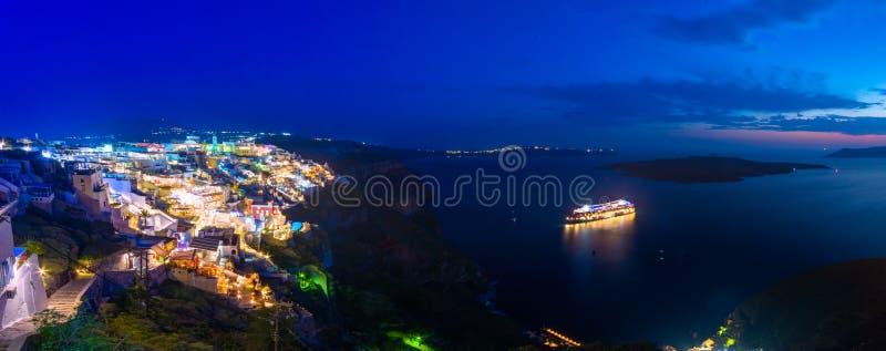 Verbazende avondmening van Fira, caldera, vulkaan van Santorini, Griekenland stock foto