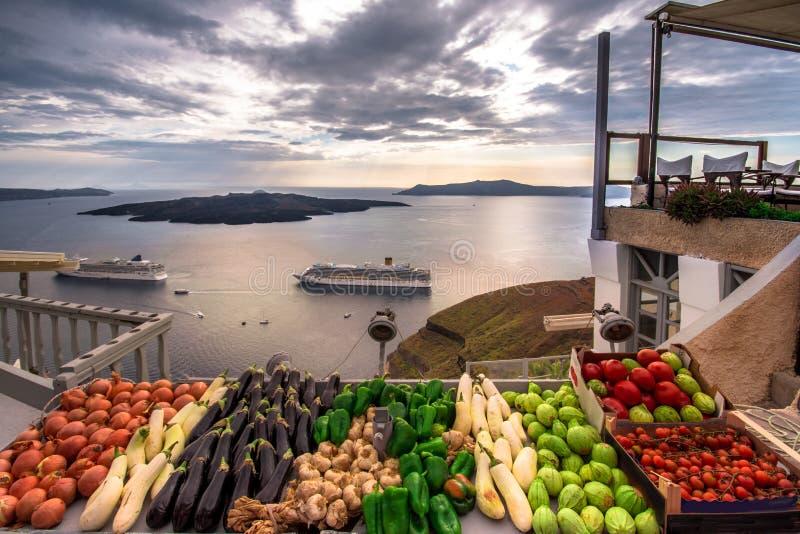 Verbazende avondmening van Fira, caldera, vulkaan van Santorini, Griekenland met cruiseschepen bij zonsondergang stock afbeeldingen