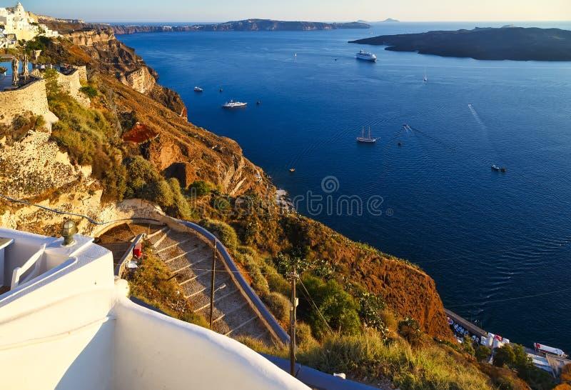 Verbazende avondmening van Fira, caldera, vulkaan van Santorini met stappen aan het overzees, Griekenland met cruiseschip bij zon royalty-vrije stock fotografie