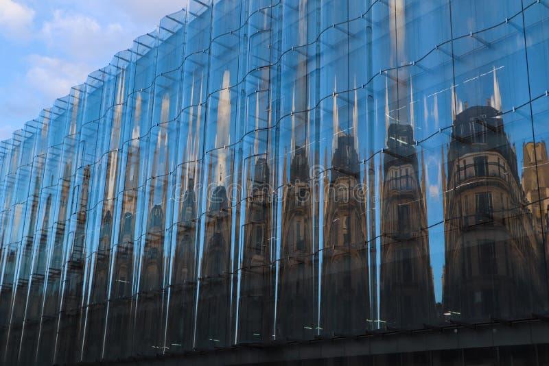 Verbazende bezinning van een traditioneel klassiek gebouw in een modern glas voorgevel op de straat van Parijs Frankrijk royalty-vrije stock foto's