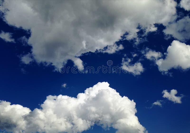 Verbazende blauwe hemel met perfecte witte wolken royalty-vrije stock foto's