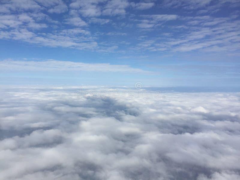Verbazende blauwe hemelmening met wolken, buiten het vliegtuigvenster wanneer rubriek aan Japan royalty-vrije stock foto's