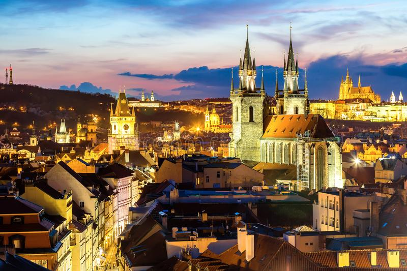 Verbazende cityscape mening van het Kasteel van Praag en kerk van onze Dame Tyn, Tsjechische Republiek tijdens zonsondergangtijd  royalty-vrije stock foto's