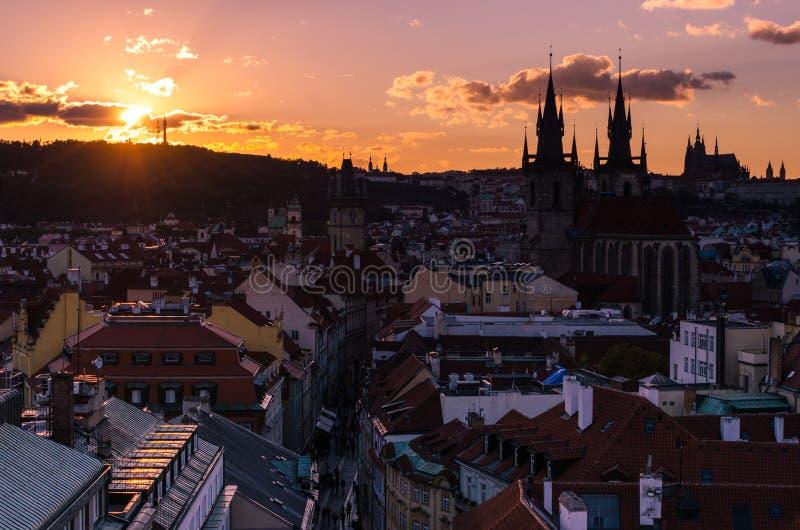 Verbazende cityscape mening van het Kasteel van Praag en kerk van onze Dame Tyn, Tsjechische Republiek tijdens zonsondergangtijd  stock fotografie