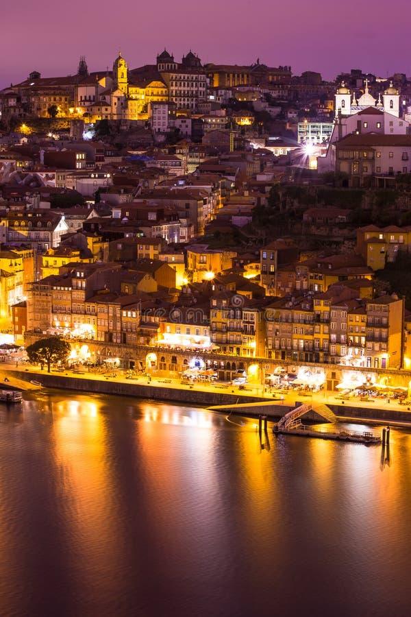 Verbazende Cityscape van Porto bij nacht Portugal royalty-vrije stock afbeelding