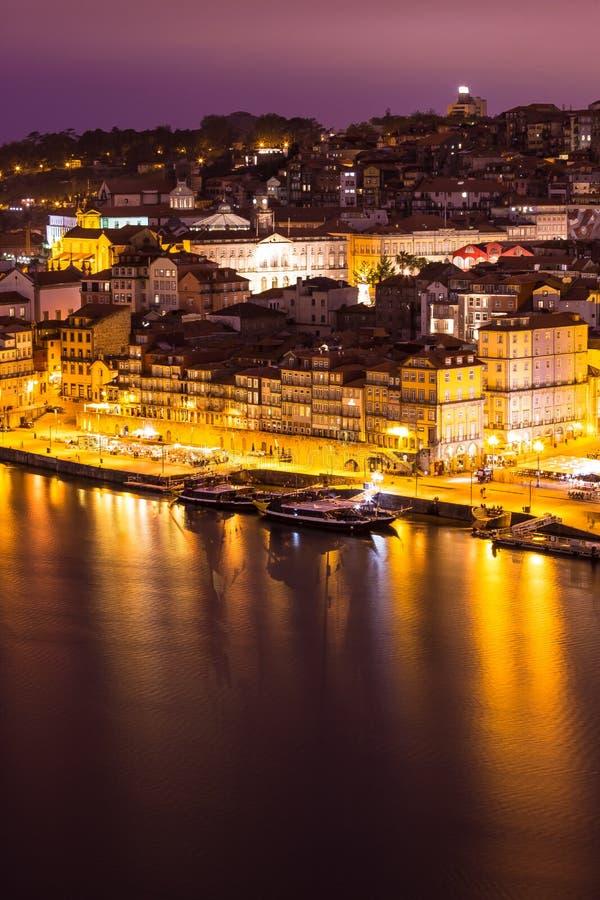 Verbazende Cityscape van Porto bij nacht Portugal royalty-vrije stock foto's