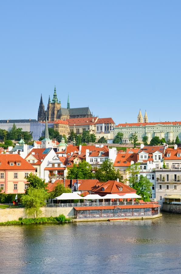 Verbazende cityscape van Praag, Tsjechische Republiek met het beroemde Kasteel van Praag De oude stad van het Tsjechische kapitaa stock foto's