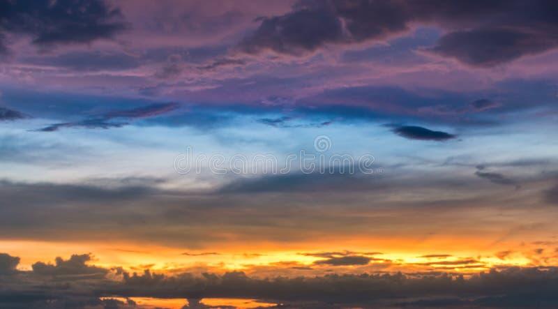 verbazende dramatische hemel en wolk royalty-vrije stock afbeeldingen