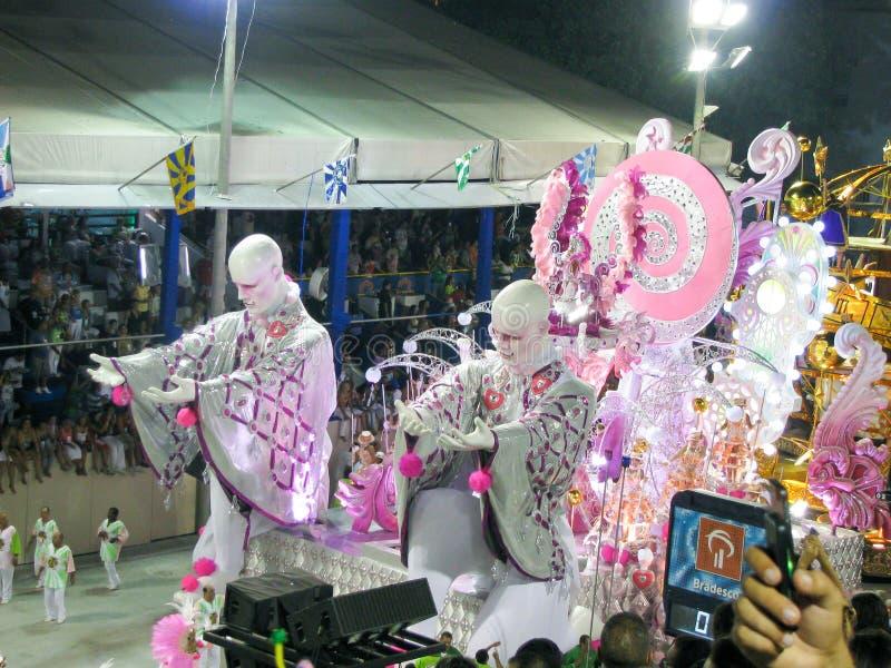 Verbazende extravagantie tijdens jaarlijks Carnaval in Rio de Janeiro stock afbeelding