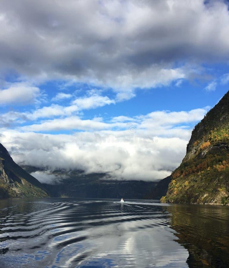 Verbazende fjorden in Noorwegen stock foto