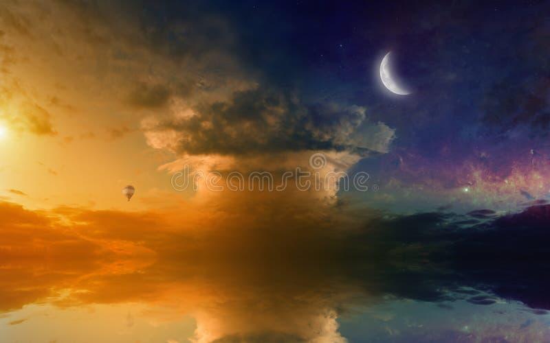 Verbazende het gloeien zonsondergang met bezinning in overzees royalty-vrije stock foto's