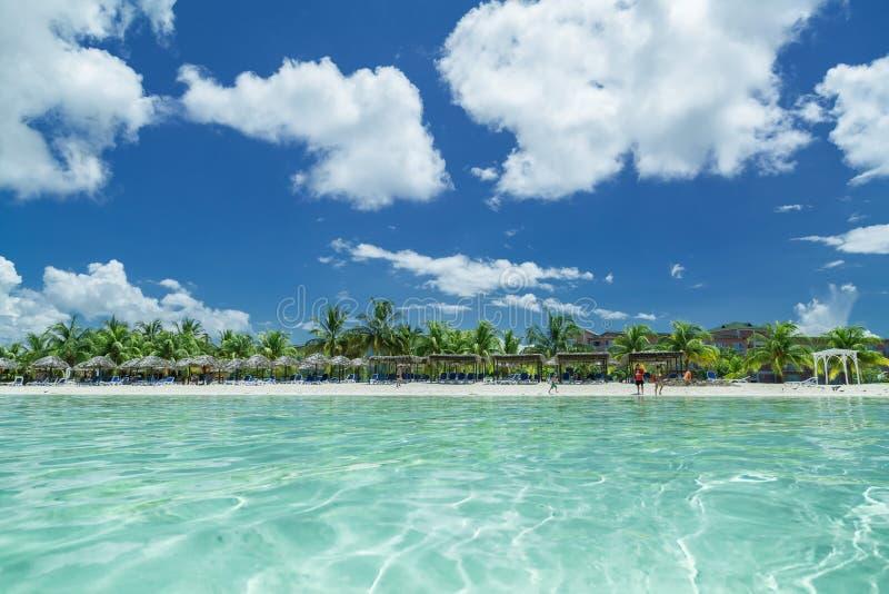 Verbazende het uitnodigen mening van Cubaan, het strand van Cayo Coco van de rustige turkooise oceaankant, met mensen op achtergr royalty-vrije stock fotografie