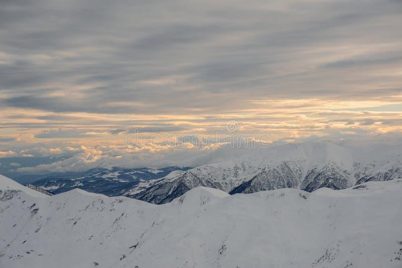 Verbazende hoogste mening van bewolkte hemel en hoge bergpieken royalty-vrije stock foto's