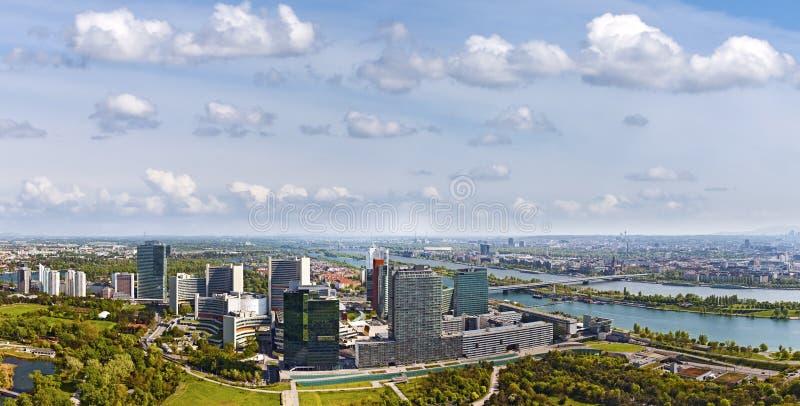 Verbazende horizon van Donau Stad Wenen in de Donau royalty-vrije stock afbeelding