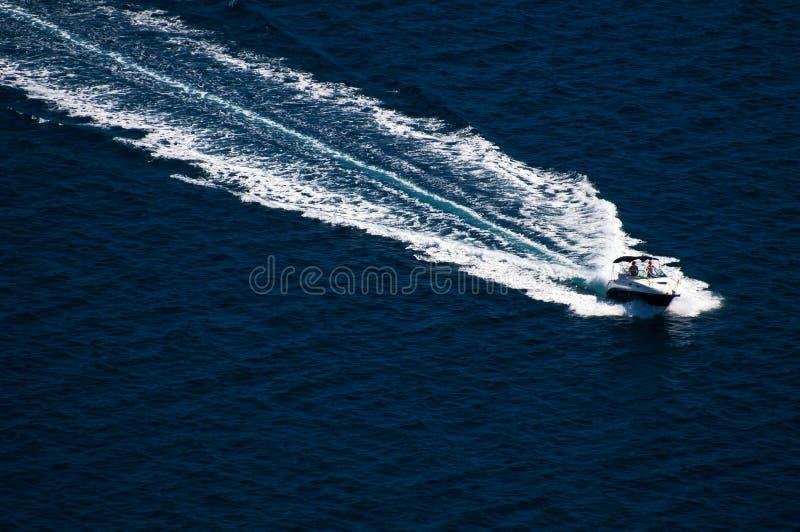 Verbazende jachtmening bij Kornati-archipel van Kroatië Detail van boot bij duidelijke overzees royalty-vrije stock foto's