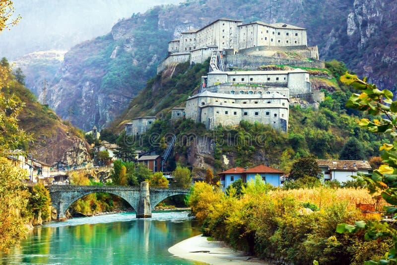 Verbazende kastelen van Valle d& x27; Aosta-Bard vesting, Noord-Italië royalty-vrije stock foto