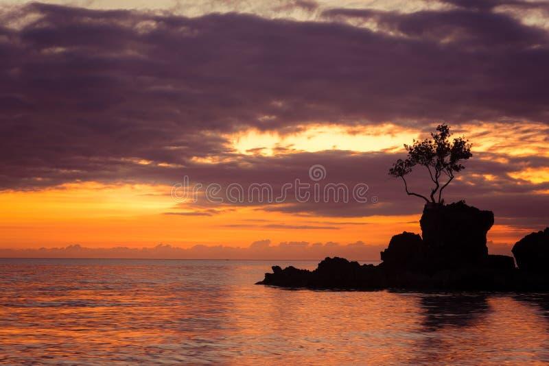 Verbazende kleuren van tropische zonsondergang Boracayeiland, Filippijnen royalty-vrije stock fotografie
