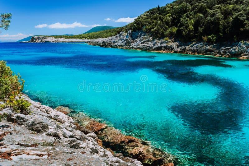 Verbazende kleurrijke baai op Mediterraan eiland Witte die klippen met vegetatie worden overwoekerd De vakantie van de zomer stock fotografie