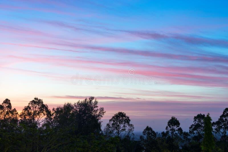 Verbazende kleurrijke levendige cloudscape in de vroege ochtend royalty-vrije stock foto