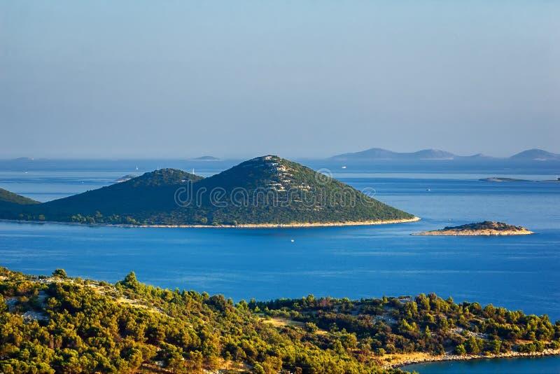 Verbazende Kornati-Eilanden Kroatië Noordelijk deel van Dalmatië Zonnig detail van zeegezicht van Zadar aan Sibenik stock fotografie