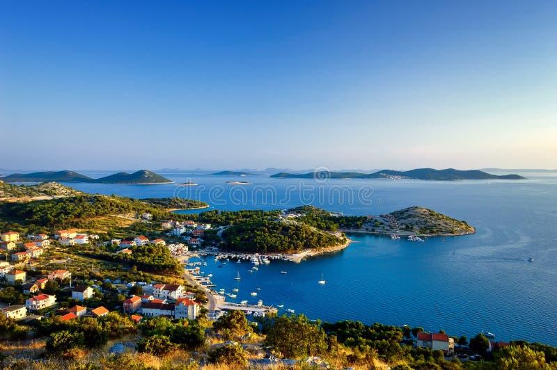 Verbazende Kornati-Eilanden Kroatië Noordelijk deel van Dalmatië Zonnig detail van zeegezicht van Zadar aan Sibenik royalty-vrije stock foto's