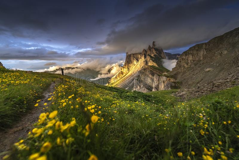 Verbazende landschappenmening van gouden licht op berg met blauwe hemel op de zomer van Dolomiet, Italië stock afbeelding