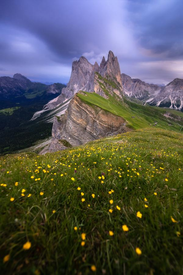 Verbazende landschappenmening van groene berg met blauwe hemel op de zomer van Dolomiet, Itali? royalty-vrije stock foto's
