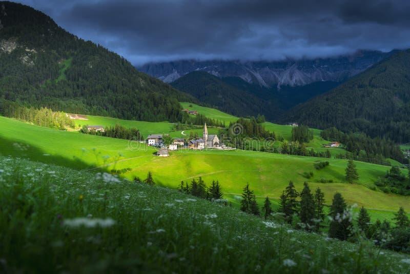 Verbazende landschappenmening van groene heuvel en berg met blauwe hemel op zonsondergang van Dolomiet, Italië royalty-vrije stock foto