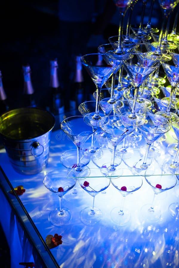 Verbazende martini-glazenpiramide voor alcohol; royalty-vrije stock afbeeldingen