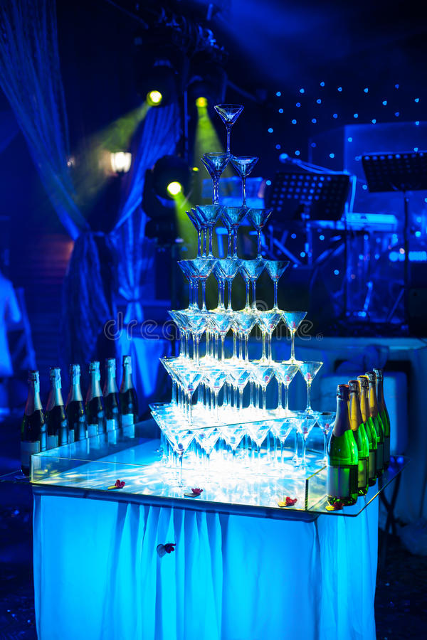 Verbazende martini-glazenpiramide voor alcohol; stock afbeeldingen
