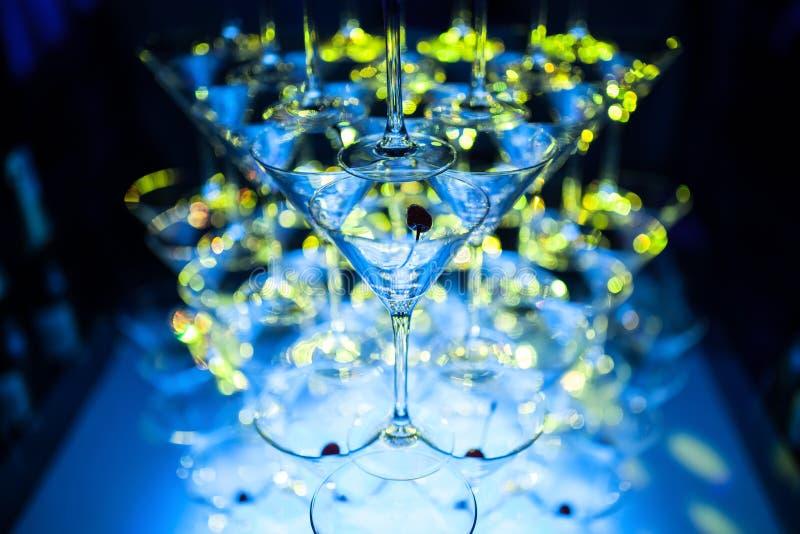 Verbazende martini-glazenpiramide voor alcohol; stock afbeelding