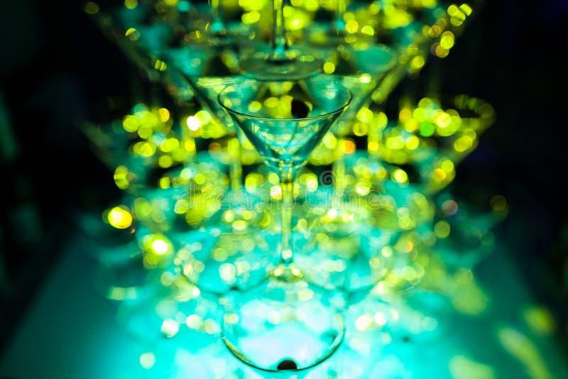Verbazende martini-glazenpiramide voor alcohol; royalty-vrije stock fotografie