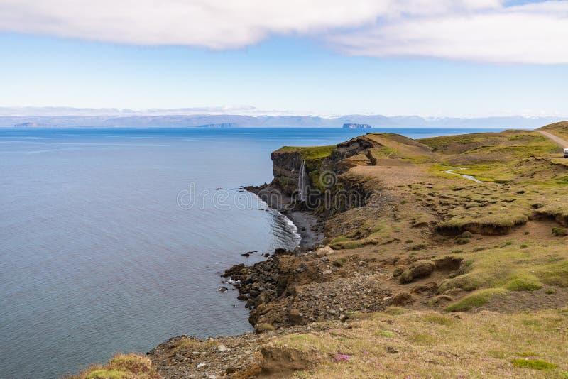 Verbazende mening aan de fantastische kustlijn van IJsland stock foto