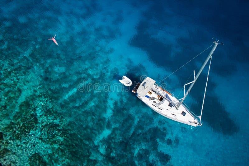 Verbazende mening aan jacht, zwemmende vrouw en duidelijk water de Caraïben royalty-vrije stock foto