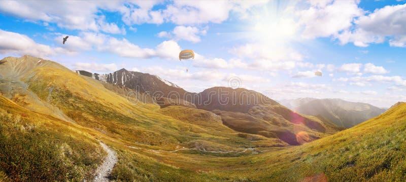 Verbazende mening over groen bergenlandschap stock afbeeldingen
