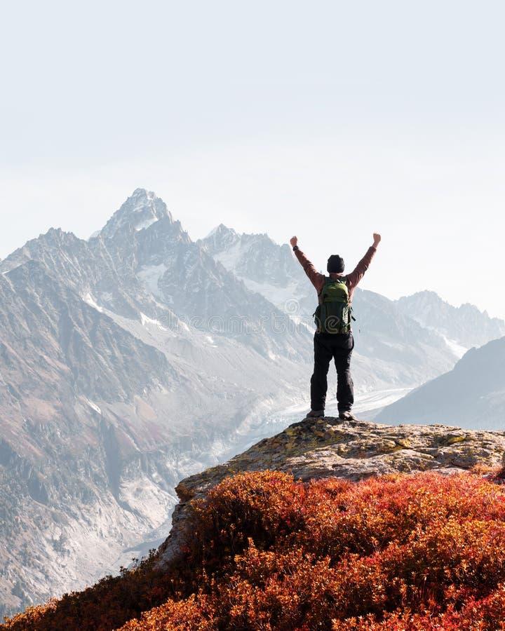 Verbazende mening over Monte Bianco-bergenwaaier met toerist op een voorgrond stock afbeelding