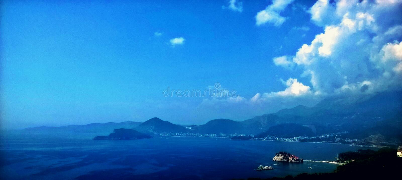 Verbazende mening Perfect landschap overzees, bergen, eiland en hemel met wolken stock foto