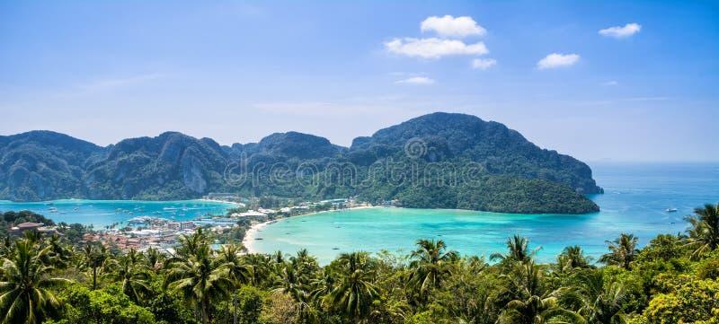 Verbazende mening van baai Koh Phi Phi Don in andaman overzees van Weergeven Poi stock fotografie